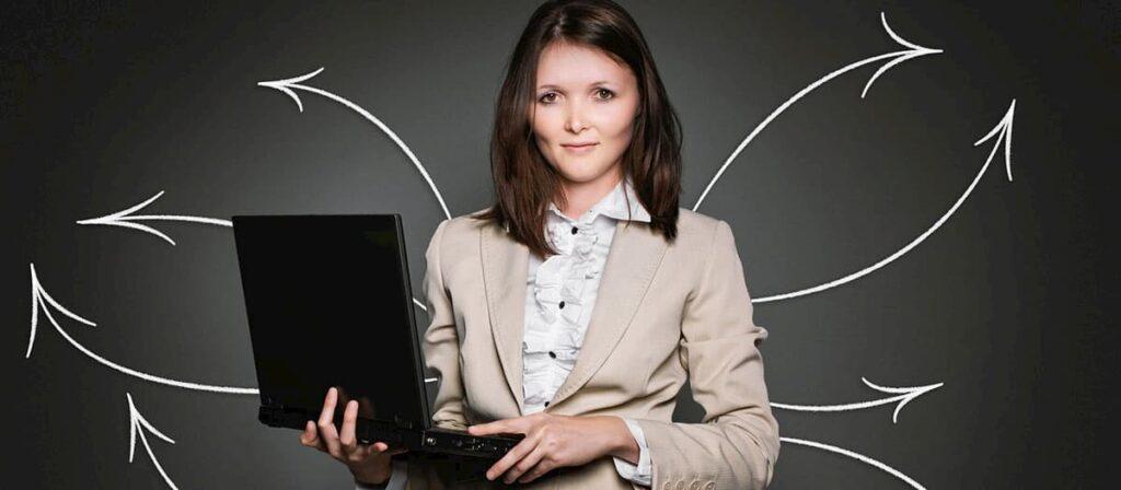 Mulher empresária com um notebook na mão.