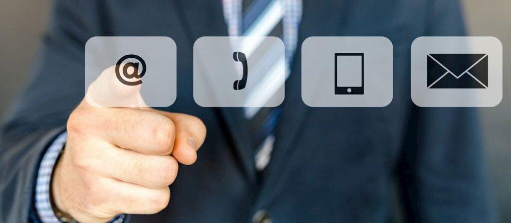 Foto de um homem tocando em um ícone de telefone. Simbolizando atendimento online.