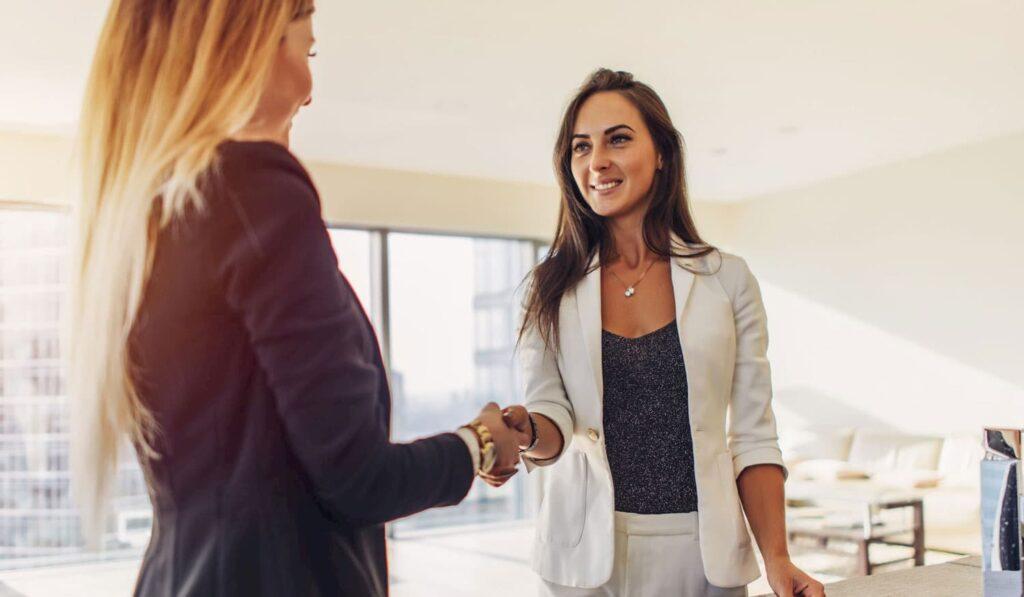 Duas mulheres empresárias conversando.