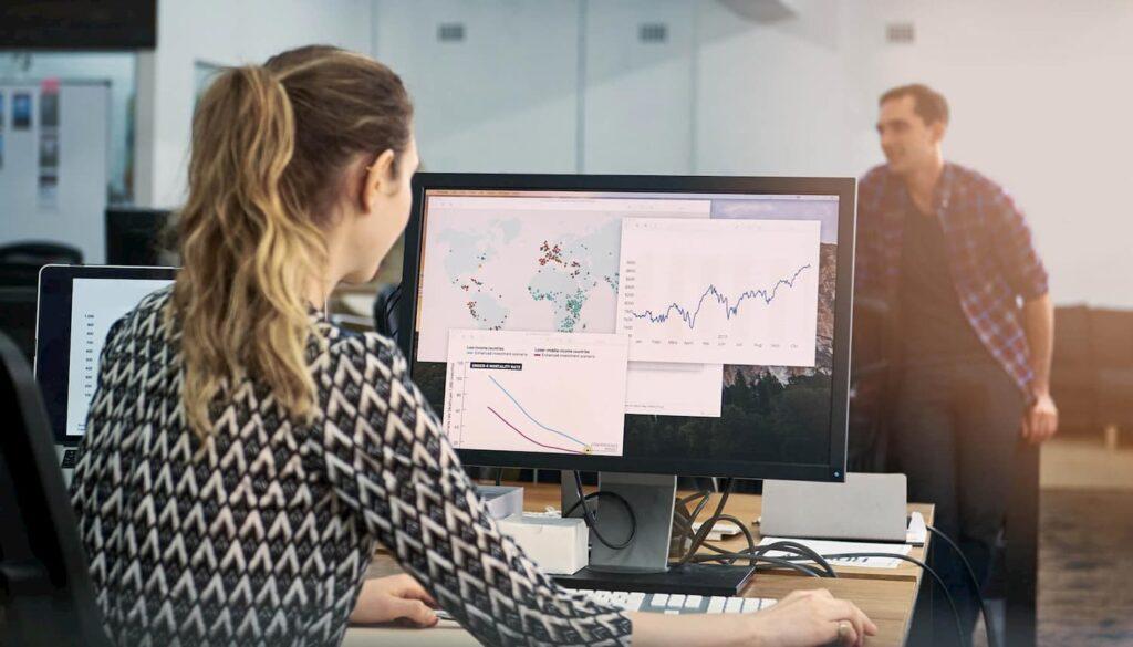 Empresária acessando dados sobre o Data Driven Marketing.