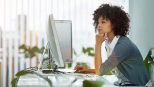 Mulher negra empresária acessando um sites YMYL.